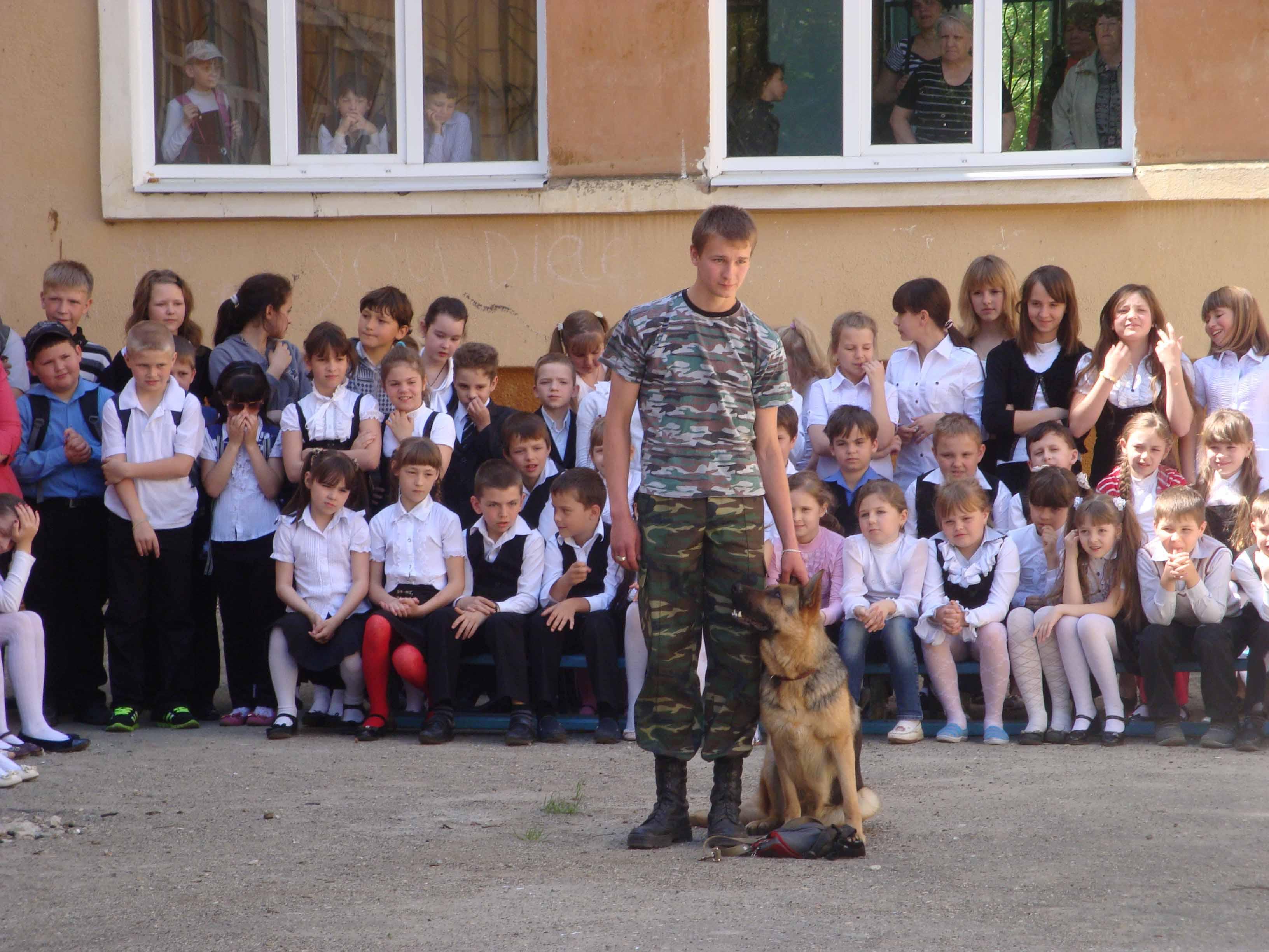 Виктор Чепурко со своей  собакой во время показательных выступлений