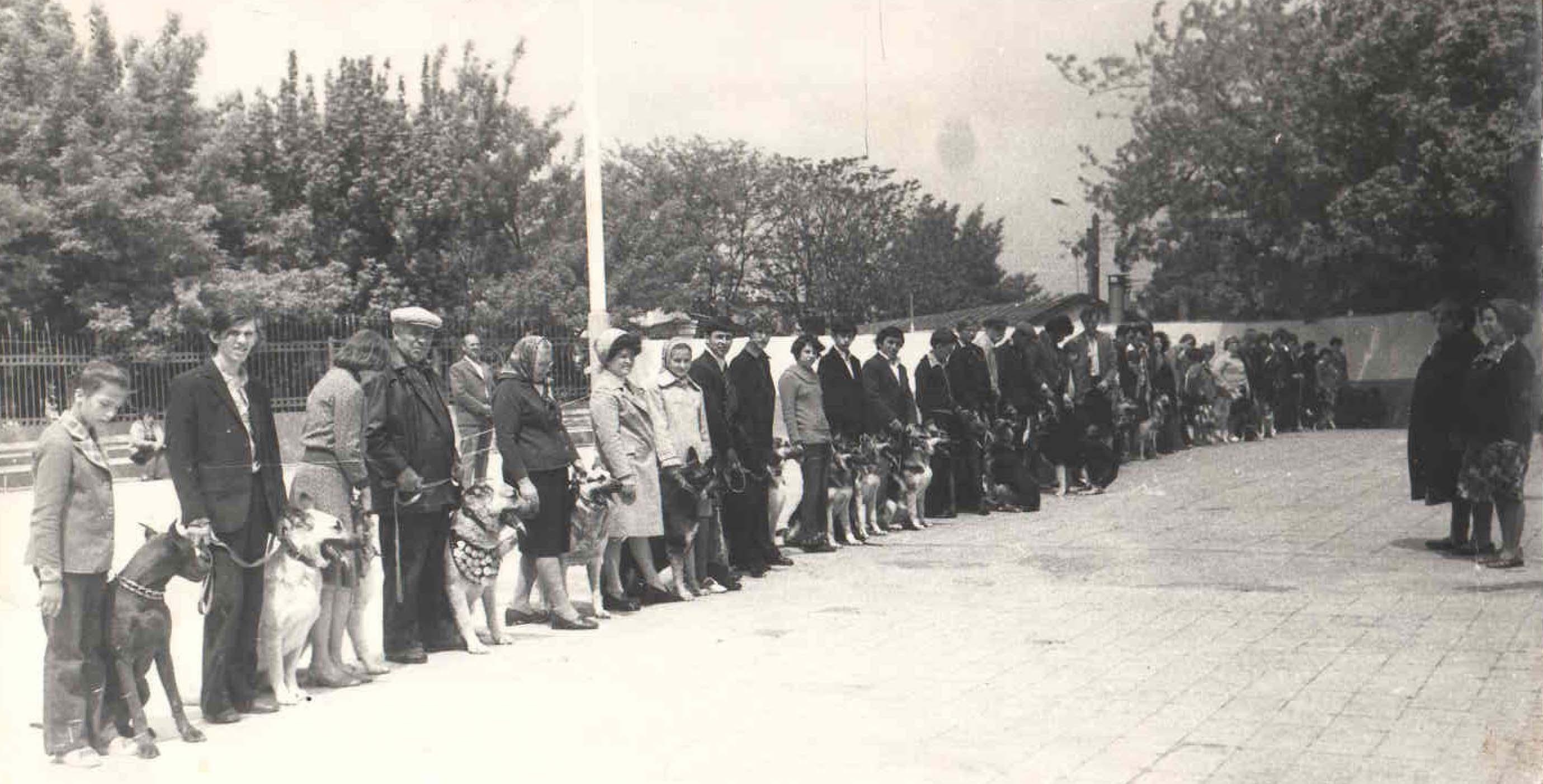Парад открытия городской выставки собак. 1975 год. Перед строем Грушецкая В.л. и Шаврей М.М.