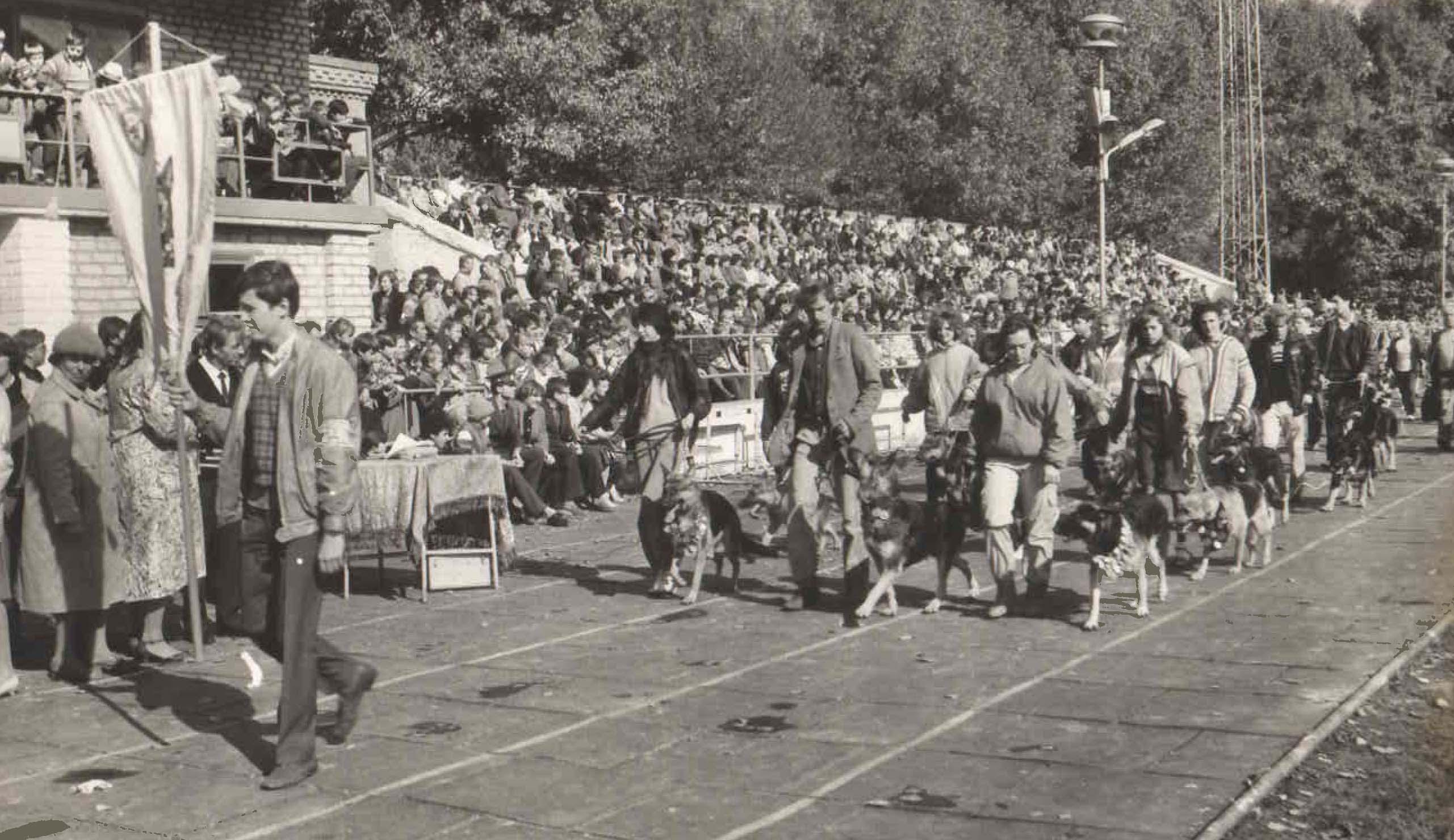 Парад открытия 25-ой городской выставки служебных собак. 1990 год.