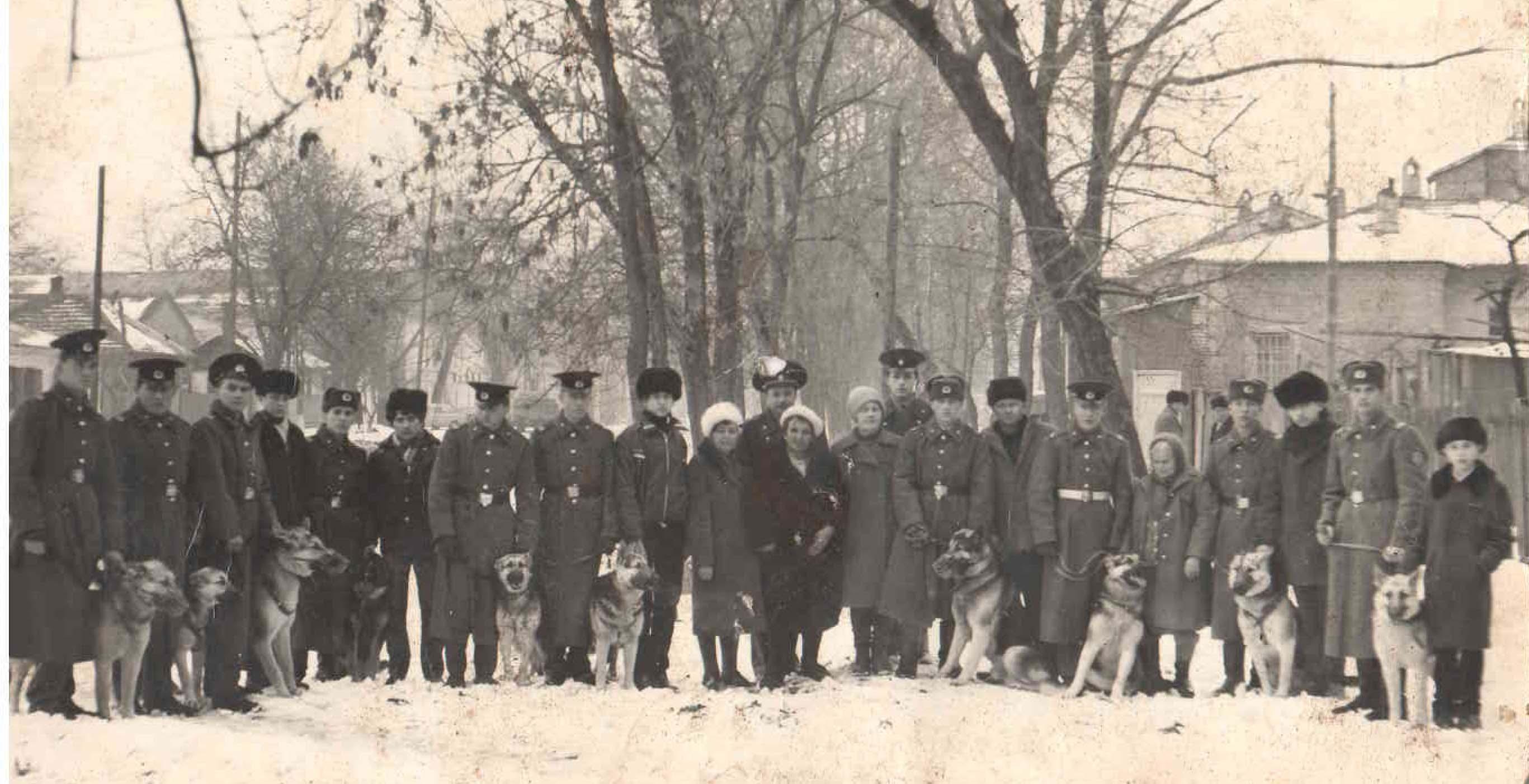 После передачи собак, выращенных членами клуба на службу в ПВ, 1984 год.