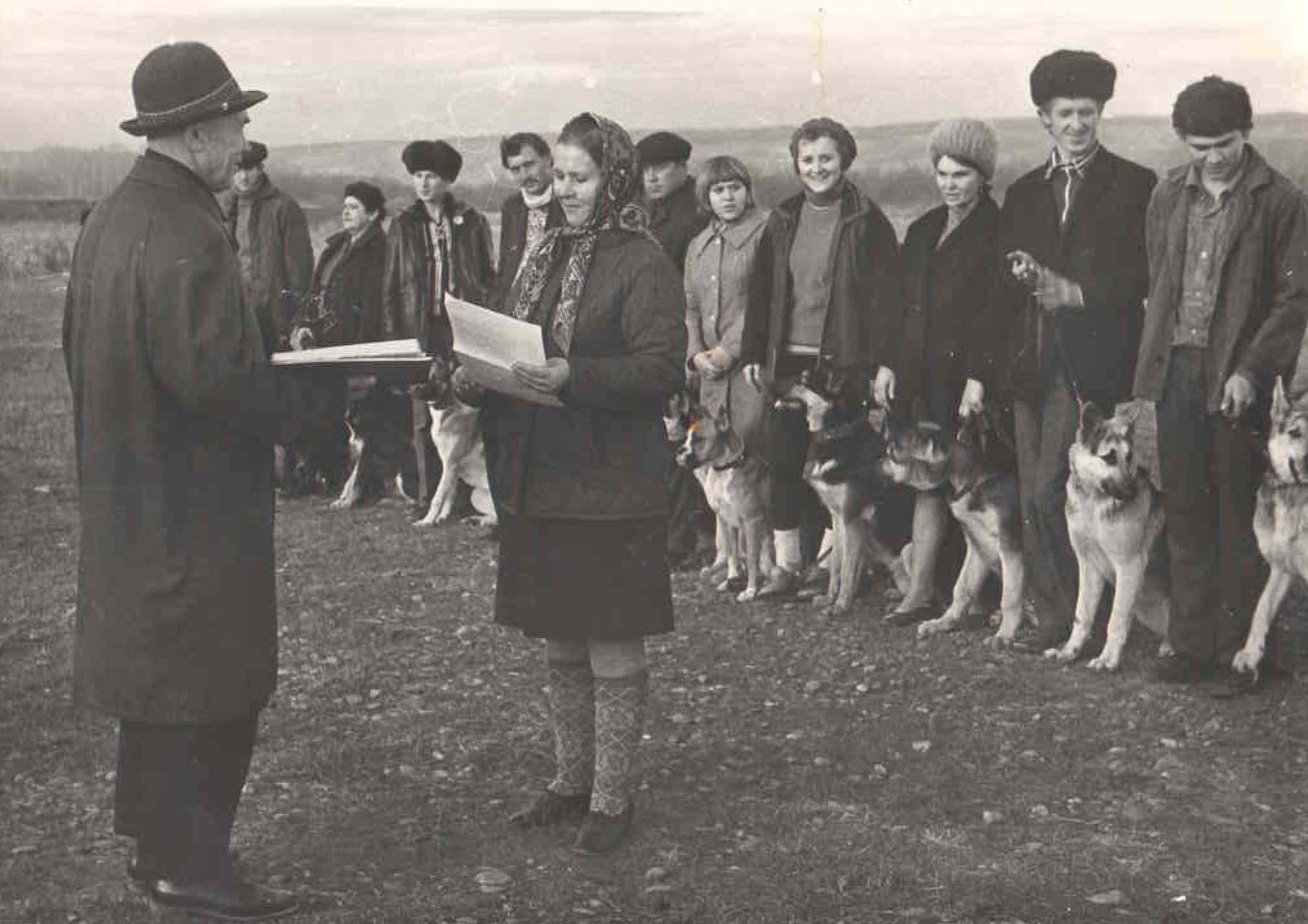 1971 год. После сдачи испытаний награждение. Председатель совета клуба Демченко И.П.